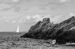 Litorale roccioso con la barca a vela Fotografie Stock Libere da Diritti