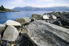Litorale roccioso del fiordo Fotografia Stock Libera da Diritti