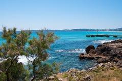 Litorale roccioso di Cala Bona e mare sunlit, Majorca Fotografia Stock Libera da Diritti