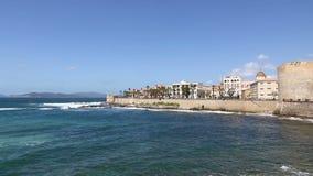 Litorale roccioso nella città di Alghero, Sardegna, Italia stock footage