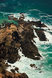 Litorale roccioso robusto al faro della baia di Byron, AU Fotografia Stock Libera da Diritti