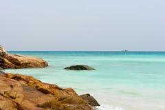 Litorale roccioso tropicale Fotografia Stock Libera da Diritti