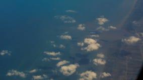 Litorale rurale di vista dalla finestra dell'aereo di linea stock footage