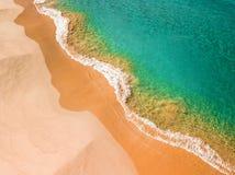 Litorali della spiaggia, blu di oceano ondulati di strutture fotografia stock