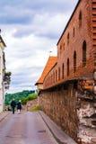 2017-06-25, Litouwen, de oude stad van Vilnius, het Bastion van Muur in Vilnius, Rode bakstenen en stenenmuur oude stad in Vilniu Royalty-vrije Stock Fotografie