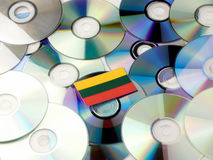 Litouwse die vlag bovenop CD en DVD-stapel op wit wordt geïsoleerd Royalty-vrije Stock Foto