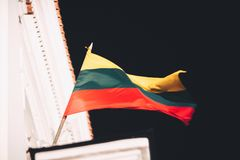 Litouwse vlag in de wind Stock Afbeelding