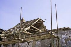 Litovel, República Checa 3 de agosto de 2018, andamio que hace una pausa una casa de la arcilla bajo reconstrucción Construcción  imágenes de archivo libres de regalías