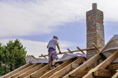 Litovel, República Checa 3 de agosto de 2018, opinión superior sobre una situación del carpintero en una construcción de la mader imagen de archivo
