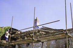 Litovel, República Checa 3 de agosto de 2018, una situación del constructor en andamio por una casa de la arcilla bajo reconstruc fotografía de archivo libre de regalías