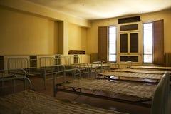 Lits dans une salle abandonnée Photo libre de droits