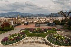 Lits de fleur colorés des tulipes sur la place et la vue panoramique Florence de Michaël Angelo Images stock