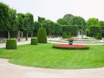 Lits de fleur idéaux abstraits et arbres tondus en parc soigné Images libres de droits