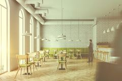 Lits de fleur intérieurs de café industriel de style, les gens Photo stock
