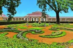 Lits de fleur pittoresques devant le palais de Monplaisir illustration libre de droits