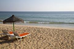 Lits de Sun sur une plage Images libres de droits