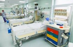 Lits médicaux avec les systèmes respiratoires et d'assistance vitale Photographie stock libre de droits