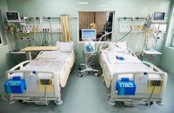 Lits médicaux avec les systèmes respiratoires et d'assistance vitale Image libre de droits