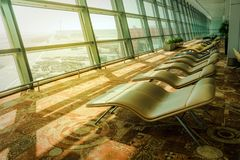 lits pliants confortables doux dans la salle d'attente d'aéroport dans l'avant Images libres de droits