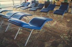 lits pliants confortables doux dans la salle d'attente d'aéroport dans l'avant Images stock