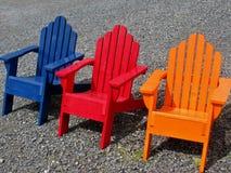 Lits pliants en bois de bleu, rouges et oranges Photo libre de droits