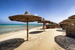 Lits pliants et parapluie de plage dans Marsa Alam, Egypte photographie stock