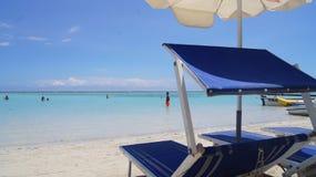 Lits pliants et parapluies sur la plage de Boca Chica,  Photos libres de droits