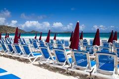 Lits pliants sur la plage Image libre de droits