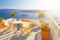 Lits pliants sur la terrasse de l'hôtel Île de Santorini, Grèce Beau paysage d'été avec la vue de mer Photographie stock