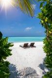 Lits pliants vides sur une plage tropicale photos stock