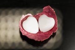Litschischale mit Herzen formte Achat auf Schwarzem Stockfotografie