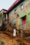 Litte Afrikaans meisje dichtbij de oude bouw Royalty-vrije Stock Fotografie