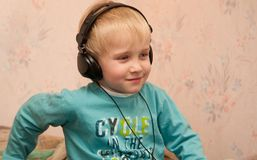 littening muzykę chłopiec hełmofony Fotografia Stock