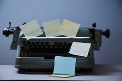 Litteratur, författare och författare, handstil och journalistik eller journalistbegrepp: skrivmaskin med klistermärkear och insk arkivbilder