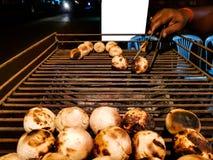Litti, pospolity północny indyjski jedzenie jest piec drogi stroną na węglowym grillu sprzedawcą z białą mockup reklamy przestrze Zdjęcia Stock