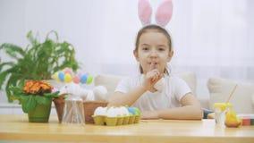 Littile dziewczyna robi gestowi i przycichnięciom shh miękki królik czas snu zdjęcie wideo