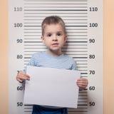 Littke chłopiec przeciw milicyjnemu uszeregowaniu Obraz Stock
