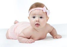 Little 4 månader behandla som ett barn att ligga för flicka fotografering för bildbyråer