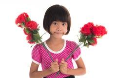 Little asiatisk flicka som rymmer en rose Royaltyfria Foton