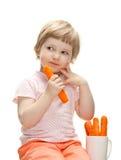 Little behandla som ett barn äta den nya moroten Arkivfoto