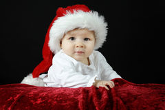 Little behandla som ett barn med julhatten Arkivfoto