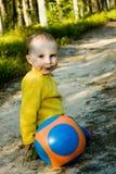 Little behandla som ett barn spelrum med bollen Arkivbilder