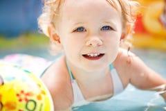Little blondieflicka i simbassängen Arkivbild