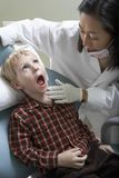 Little Boy à la clinique du dentiste photographie stock
