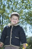 Little Boy affrontato felice fuori in Sun Immagini Stock
