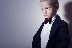 Little Boy alla moda in farfallino. Bambino alla moda. bambini di modo. 4 anni del bambino in vestito nero Fotografia Stock Libera da Diritti