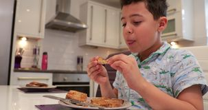 Little Boy appréciant le pain grillé pour le petit déjeuner banque de vidéos