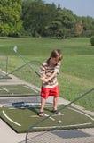 Little Boy apprenant à jouer au golf Image libre de droits