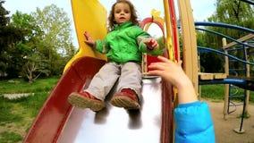Little Boy attivo felice che fa scorrere giù al campo da giuoco archivi video