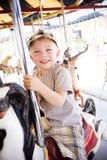 Little Boy auf einem Karnevals-Karussell Lizenzfreies Stockfoto